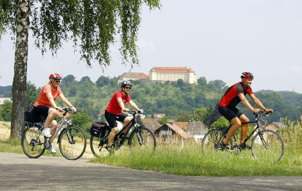Auf der Qualitätsroute passieren die Radler auch das hoch über der Stadt thronende Ellwanger Schloss. (Foto: djd)