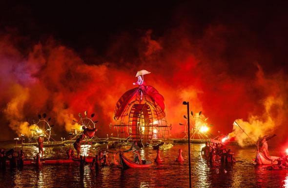 """Magische Momente beim Bergen International Festival: Die Inzenierung """"Water Fools"""" der französischen Gruppe Ilotopie. (Foto Steve Eggleton Eventdigital)"""