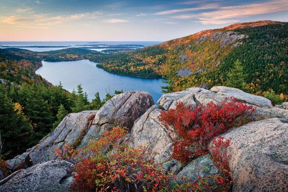 Blick über den Jordan Pond im Acadia National Park.