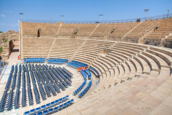 Das römische Amphitheater von Caesara wird heute noch für Kulturveranstaltungen genutzt. (Foto Israelisches Tourismusministerium)