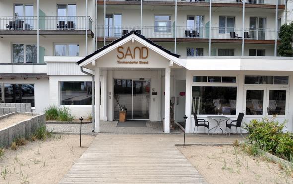 Auch vor der Tür ist das Sand-Thema allgegenwärtig. (Foto Uwe Keller)
