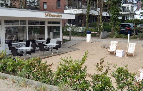 Auch wenn der Strand nur einen Steinwurf entfernt ist, lässt sich auch direkt am Hotel Sand Strandfeeling genießen. (Foto Uwe Keller)