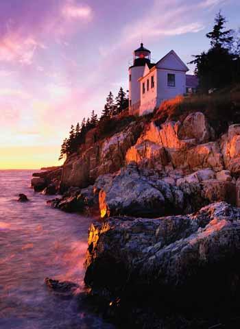 Das Bass Harbor Light wird vom Sonnenuntergang in wunderschöne Farben getaucht.