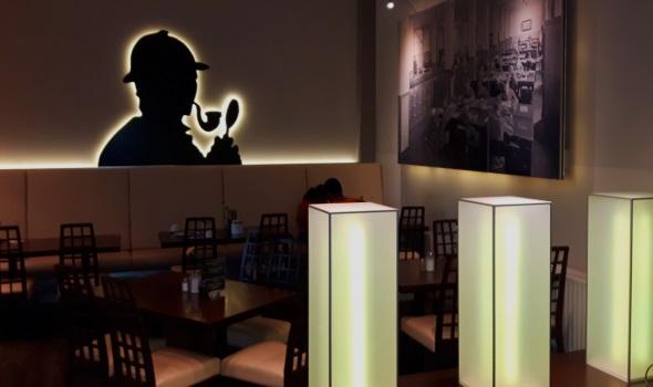 Sherlock Holmes grüßt in der Gästeresidenz Pelikanviertel von der Wand des Restaurant- und Barbereichs. (Foto Karsten-Thilo Raab)