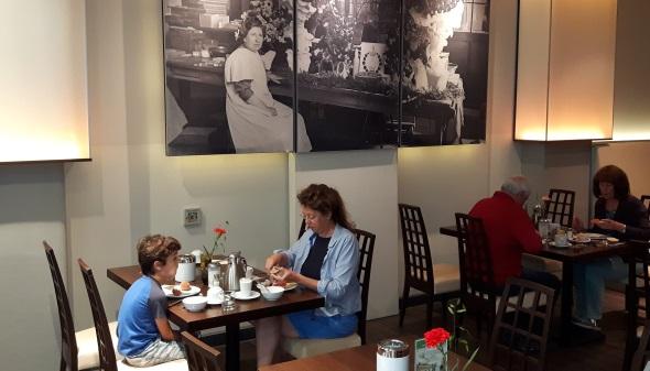 Nicht nur im Restaurantbereich zieren Fotos aus der alten Pelikan-Fabrik die Wände. (Foto Karsten-Thilo Raab)