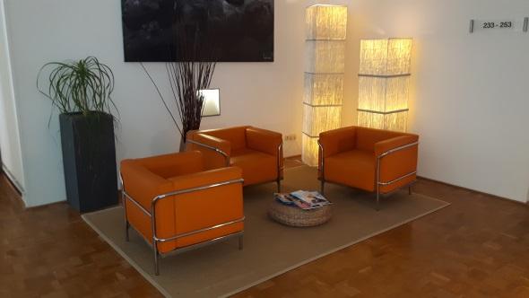 Im Haus verteilt finden sich gemütliche Lounge-Ecken. (Foto Karsten-Thilo Raab)