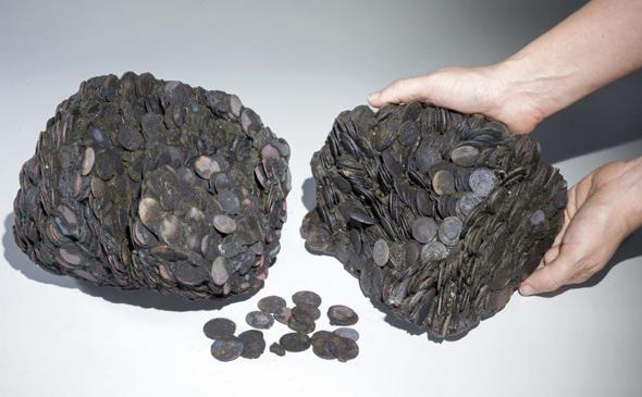 Komplette Klumpen aus antiken Münzen gehören zu den Fundstücken. (Foto Israel Antiquities Authority)