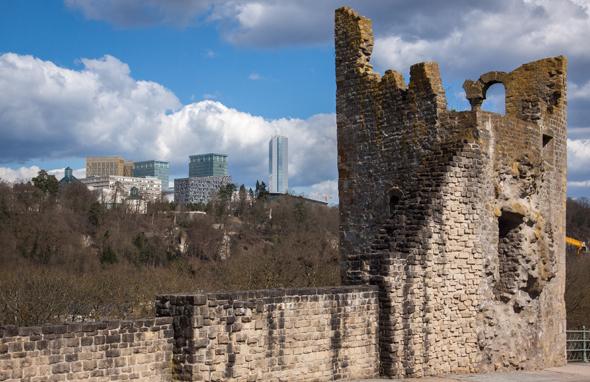 """Luxemburg-Stadt: Alt trifft neu, der """"Hohle Zahn"""" und der Kirchberg. (Foto Astrid Holler)"""