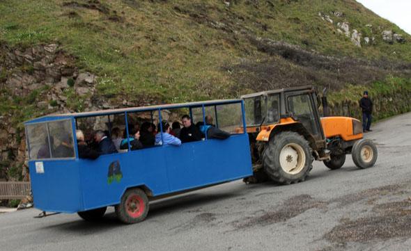 Mit dem Traktor-Bus können Besucher auf der autofreien Insel vom am Maseline Harbour zum Hauptdorf gelangen. (Foto Karsten-Thilo Raab)