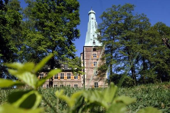 Lässt sich zu Fuß entdecken: Schloss Raesfeld im Münsterland. (Foto Kai Schenk)