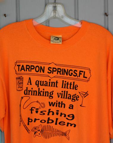 Die T-Shirt-Verkäufer in Tarpon Springs nehmen ihr Städtchen gerne selber auf die Schippe. (Foto Karsten-Thilo Raab)