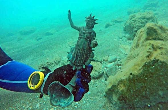 Eine jahrhundertealte bronzene Lampe entdeckten Taucher vor der Küste von Israel. (Foto Ran feinstein)