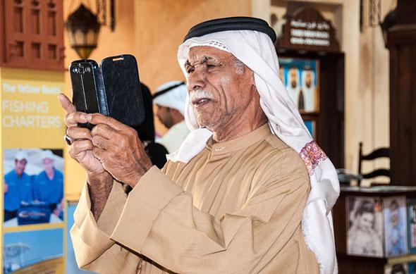Auch das ist Dubai: traditionelle Kleidung und moderne Technik.