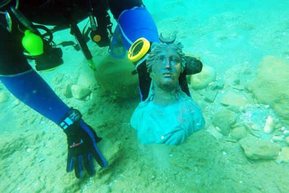 Auch eine Statue der Göttin Lunas wurde aus dem Maar gefisccht. (Foto Ran Feinstein)