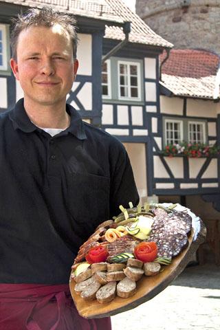 Regionale Spezialitäten kann man beispielsweise in den Gaststätten in Ostheim probieren. (Foto: djd)