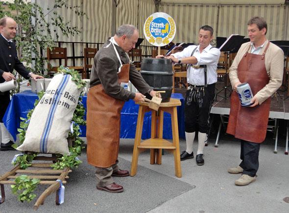 Bieranstich beim Ostheimer Stadtfest: Drei Brauereien produzieren hier noch den beliebten Gerstensaft. (Foto: djd)