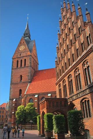 In Hannovers Altstadt stehen die Marktkirche und das Alte Rathaus beispielsweise für die norddeutsche Backsteingotik. (Foto: djd)