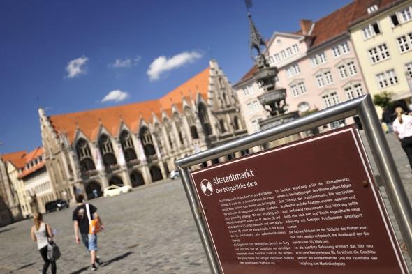 Am Braunschweiger Altstadtmarkt stehen Fassaden aus 500 Jahren Architekturgeschichte nebeneinander. (Foto: Daniel Mölle)