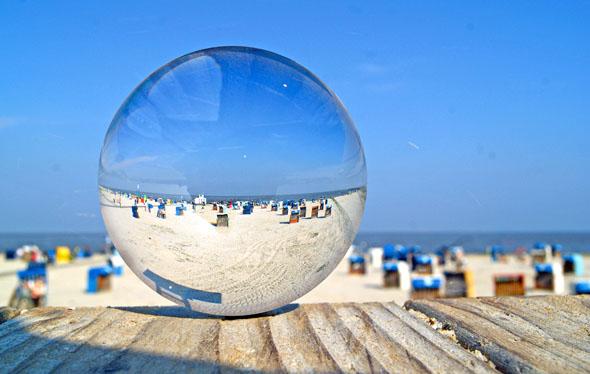 Sandburgen bauen, ins erfrischende Nass springen, den Wechsel von Ebbe und Flut erleben: Am Strand von Carolinensiel-Harlesiel fühlt sich die ganze Familie wohl. (Foto: djd)
