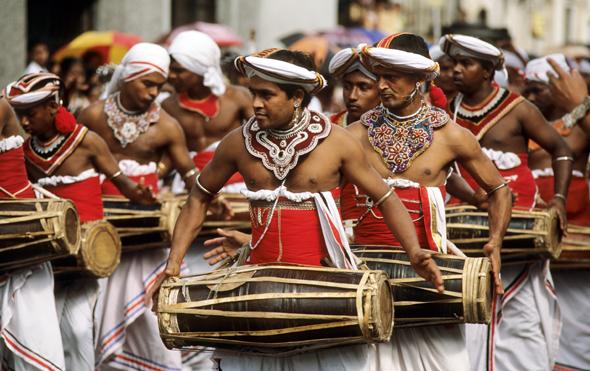 Sehenswert: die farbenfrohen Feste in Kandy, der Hauptstadt des letzten singhalesischen Königreiches.