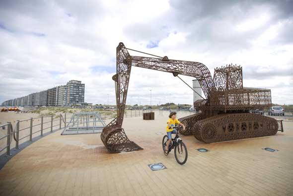 Eine Baumaschine als Kunstobjekt. (Foto Westtoer)