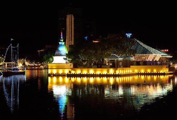 Colombo bei nacht. Nach der Unabhängigkeit Sri Lankas wurde die Hafenstadt an der Westküste 1948 auch politisches Zentrum der Insel.