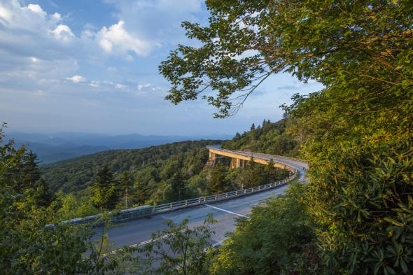 Ein Tour über den legendären Blue Ridge Parkway führt auch am Lynn Cove Viaduct vorbei. (Foto Bill Russ)