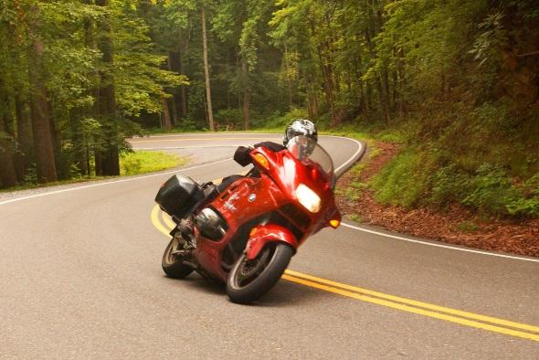 Wie hier am Tail of Dragon erwartet die Biker herrlich kurvenreiche Strecken. (Foto Bill Russ)