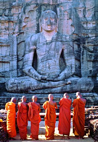 . In Polonnaruwa beten Mönche vor einer fünf Meter hohen BuddhaStatue. Sie zeigt den Erleuchteten meditierend auf einem Lotosthron. Etwa 70 Prozent der Einwohner Sri Lankas sind Buddhisten.