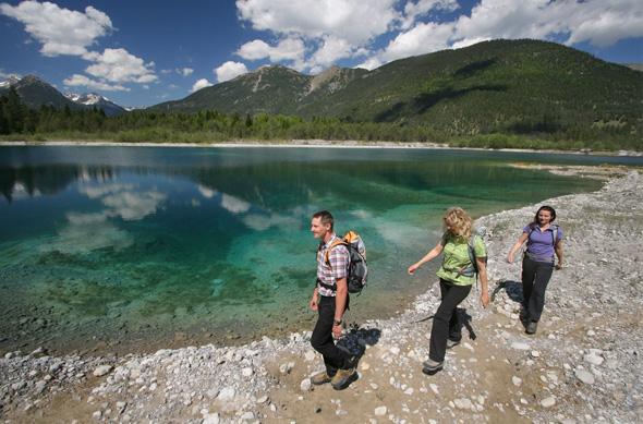 Kristallklares Wasser prägt die wunderbar wanderbare Region entlang des Lech.