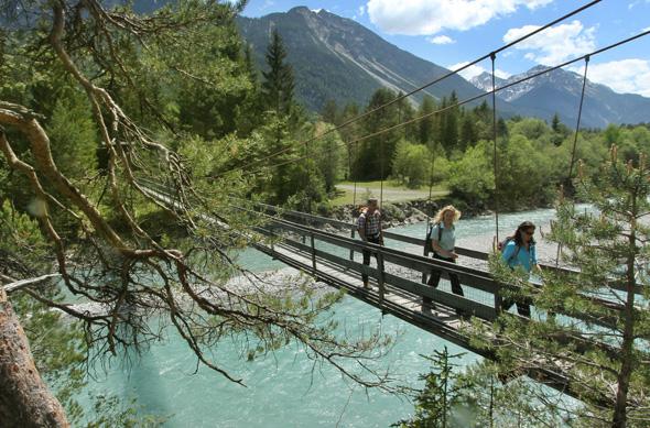 Immer wieder muss der Lech - wie hier bei Forchach - überquert werden.