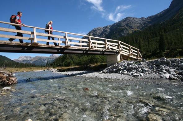 Der Lechweg führt in vielen Abschnitten direkt am Ufer des Flusses entlanf.