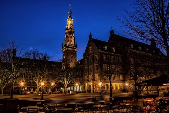 Abends prächtig illuminiert: das historische Rathaus.