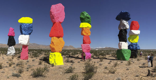 Temporärer Blickfang in der Wüste von Nevada: die Seven Magic Mountains. (Foto LVCVA)