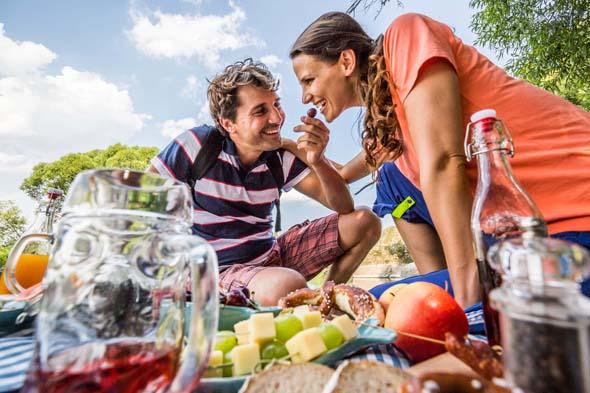 Zahlreiche Plätze entlang des Goldsteigs laden zu einem zünftigen Picknick ein. (Foto Tourismuszentrum Oberpfälzer Wald)