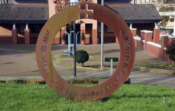 Die Lebensspirale - Pater Abraham entwarf die Stahlkonstruktion als ein Symbol für das Leben. (Foto Karsten-Thilo Raab)