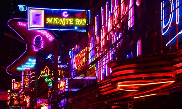 Grelle Leuchtreklamen dominieren die Hauswände in Soi Cowboy. (Foto Karsten-Thilo Raab)