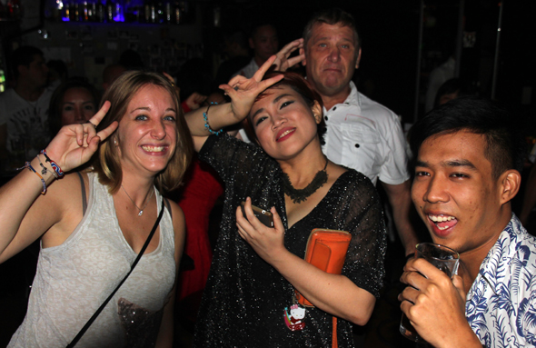 Bei den Gästen aus aller Welt herrscht beim Beushc von Bangkoks sündiger Meile beste Stimmung. (Foto Karsten-Thilo Raab)
