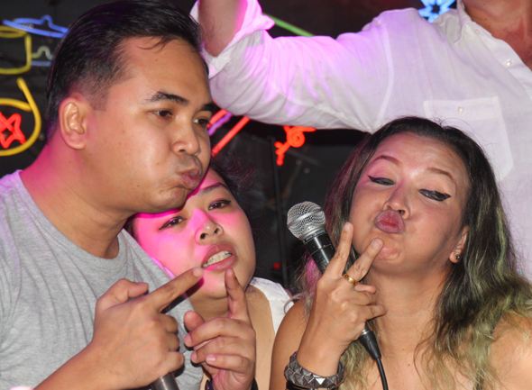 Livemusik und Stimmungsmacher sind in vielen Bars von Soi Cowboy zu finden. (Foto Karsten-Thilo Raab)