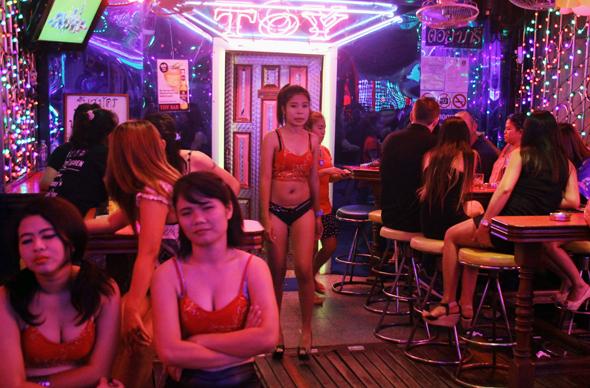 Vor den Bars und Tanzclubs sitzen zumeist leicht bekleidete Animierdamen. (Foto Karsten-Thilo Raab)