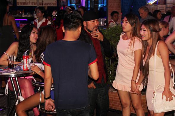 Geschickt verwickeln die thailändischen Animierdamen die Besucher in ein Gespräch und hoffen auf eine Einladung zum Drink. (Foto Karsten-Thilo Raab)