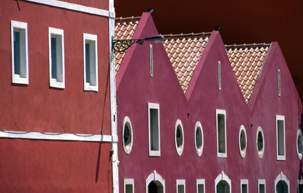Bunte Häuserzeilen prägen das Bild in den Straßen von Lissabon.