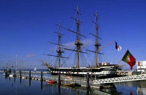 Stolze Segelschiffe aber auch riesige Kreuzfahrtpötte landen in Lissabon an.