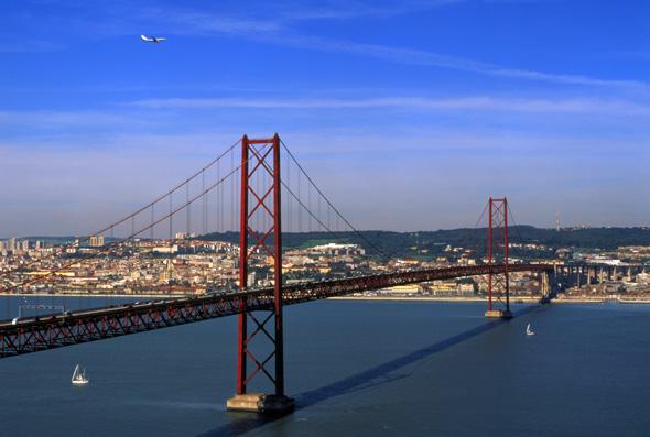 Die Golden Gate Brücke lässt grüßen: die Ponte 25 de Abril in Lissabon.