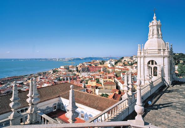 Portugals Hauptstadt Lissabon erhebt sich malerisch am Ufer des Tejo.