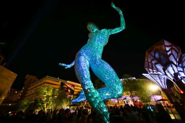 Nach Einbruch der Dunkelheit prachtvoll illuminiert: The Park in der Wüstenmetropole Las Vegas. (Foto LVCVA)