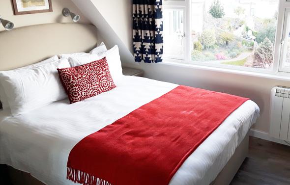 Rot, Weiß und Grau dominieren farblich die kleinen, aber gemütlichen Zimmer. (Foto Karsten-Thilo Raab)