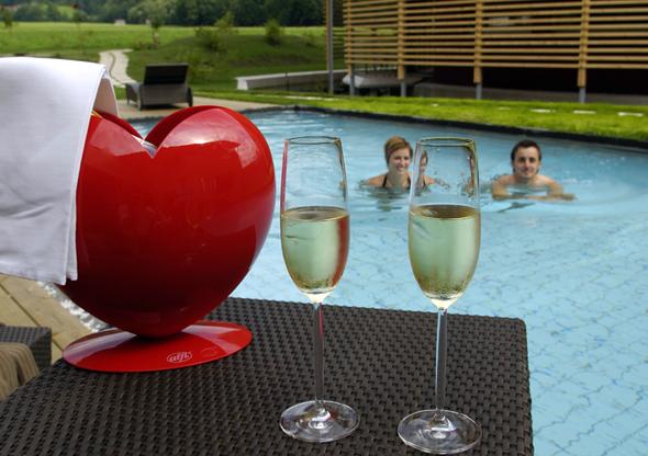 Nicht nur mit Champagner am Pool wird das Gams seinem Namen und Anspruch vollauf gerecht.