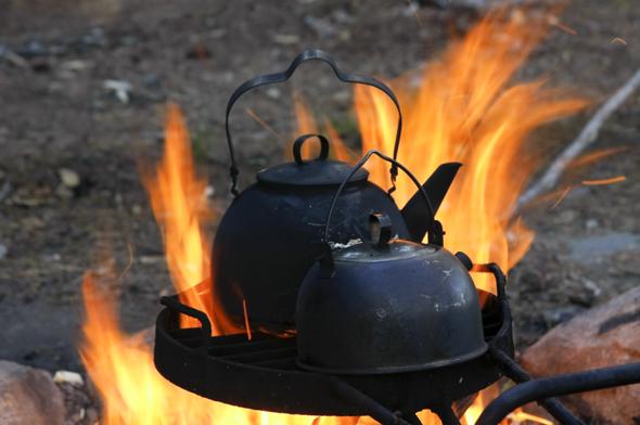 Neben den wilden Köstlichkeiten mundet in freier Natur auch der über dem Feuer zubereitete Kaffee ganz besonders. (Foto Udo Haafke)