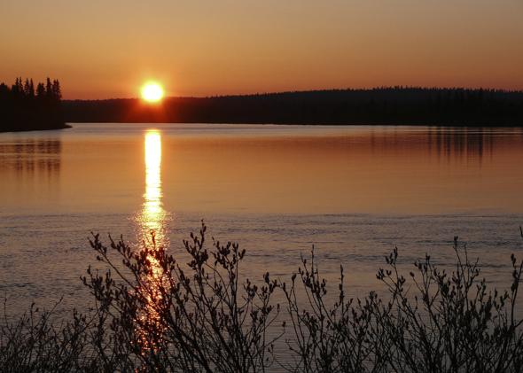 Fast 190.000 Seen finden sich in Finnland - und fast alle wirken so stimmungsvoll wie der Ounasjoki während des Mittsommers. (Foto Pertti Harstela)